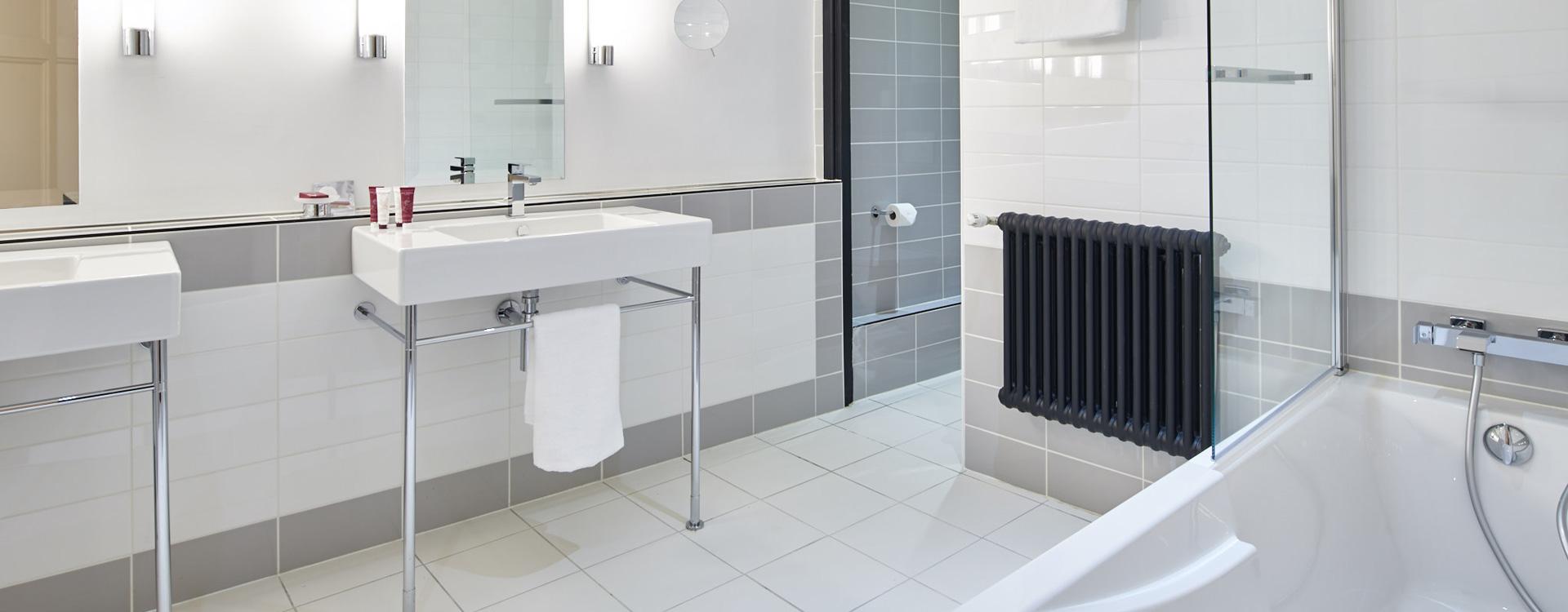 salle de bain de l'une des chambres de l'hôtel Le Splendid à Dax dans les Landes